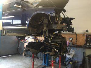demontáž motoru V10 TDi kvůli výměně turbodmychadel a výfukových svodů